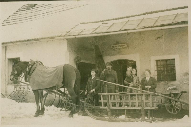1936 Vor Der Werkstatt